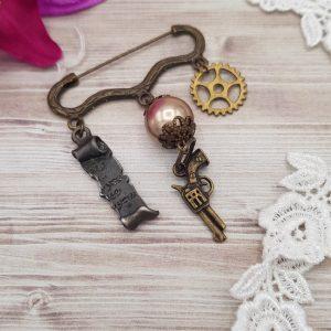 Broche-steampunk-victorienne-avec-charm-de-pistolet-engrenage-et-parchemin