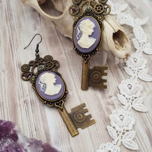 Grandes boucles d'oreille steampunk, victorienne avec camée violet et cristal swarovski
