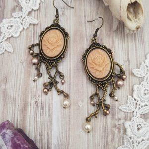 Boucles d'oreille gothique victorienne vieux rose, orange pastel, avec camée de rose et perles en cristal swarovski