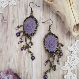 Boucles d'oreille gothique victorienne violette avec camée de rose et perles en cristal swarovski