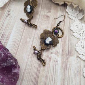 Boucles d'oreille victorienne sur feuiille de vigne avec camée noir et perle en cristal swarovski violet