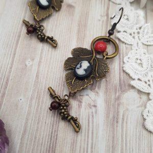 Boucles d'oreille victorienne sur feuiille de vigne avec camée noir et perle en cristal swarovski rouge corail et bordeaux