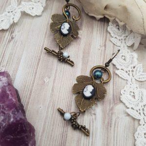 Boucles d'oreille victorienne sur feuiille de vigne avec camée noir et perle en cristal swarovski bleu tahiti